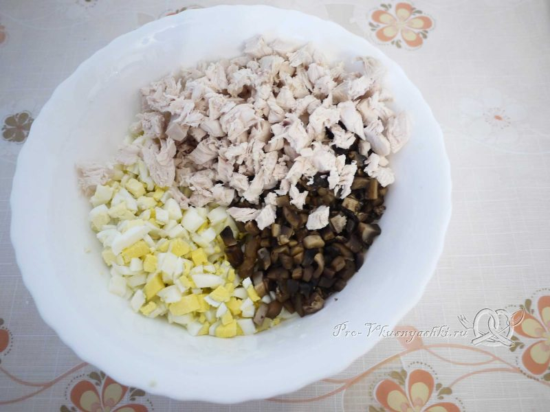 Рулет из лаваша с грибами, яйцом, курицей и сыром - начинка