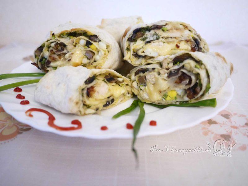 Рулет из лаваша с грибами, яйцом, курицей и сыром - подача