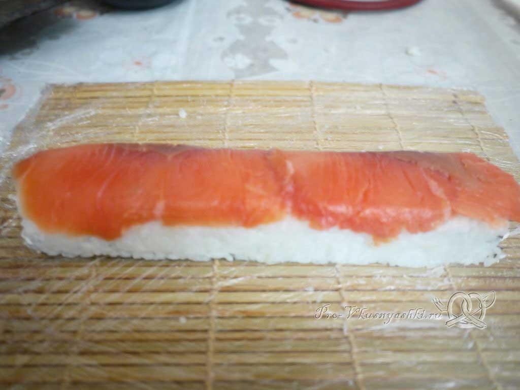 Роллы филадельфия в домашних условиях - кладем рыбу
