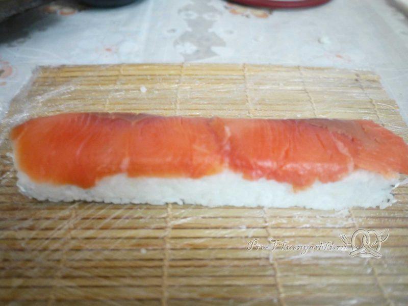 Суши - роллы Филадельфия в домашних условиях - кладем рыбу