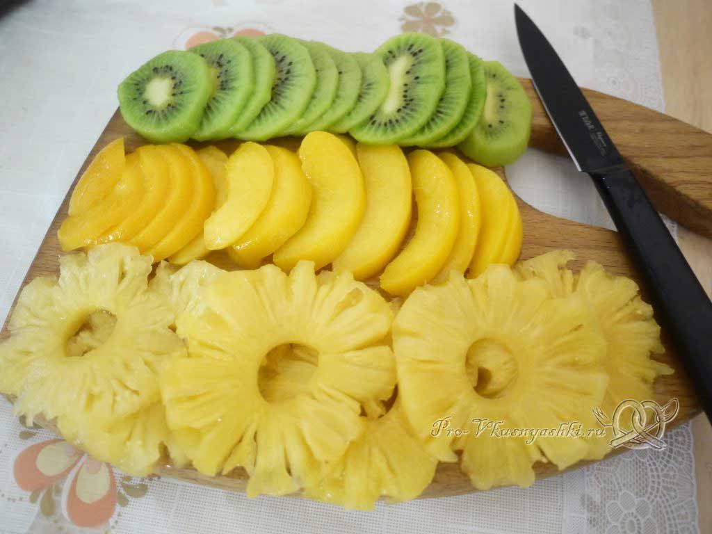 Кефирный торт со сметанным кремом и фруктами - нарезаем фрукты