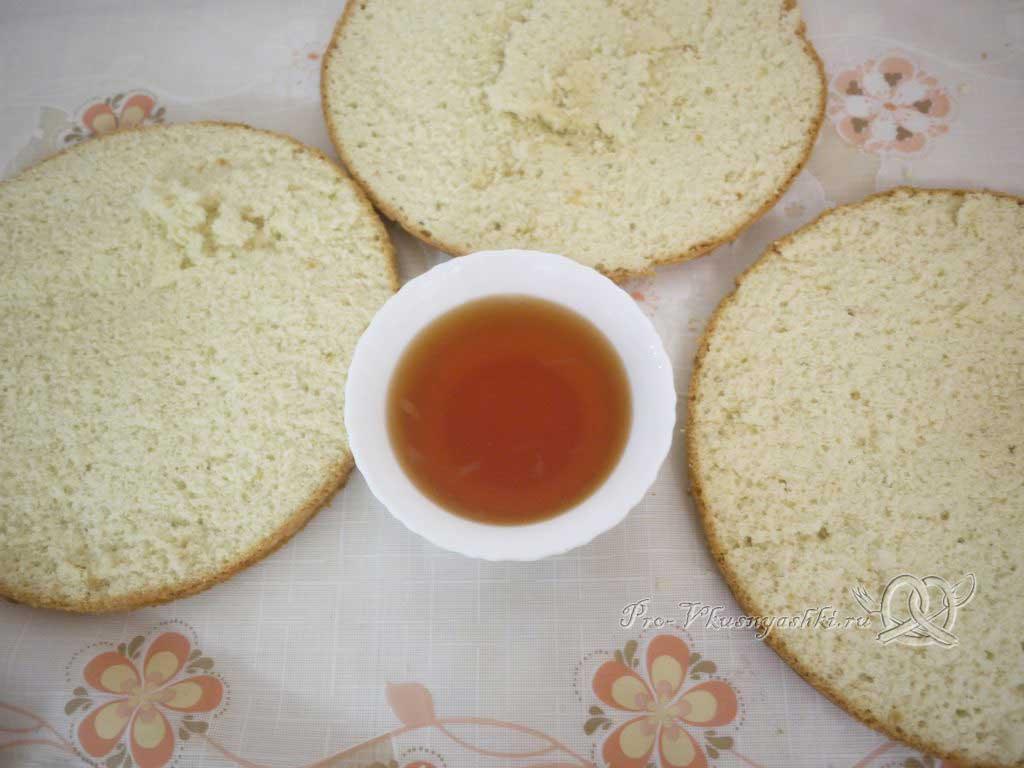 Кефирный торт со сметанным кремом и фруктами - разрезаем бисквит на три части