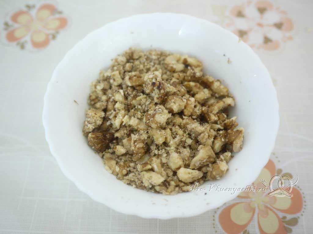 Кефирный торт со сметанным кремом и фруктами - измельчаем орехи