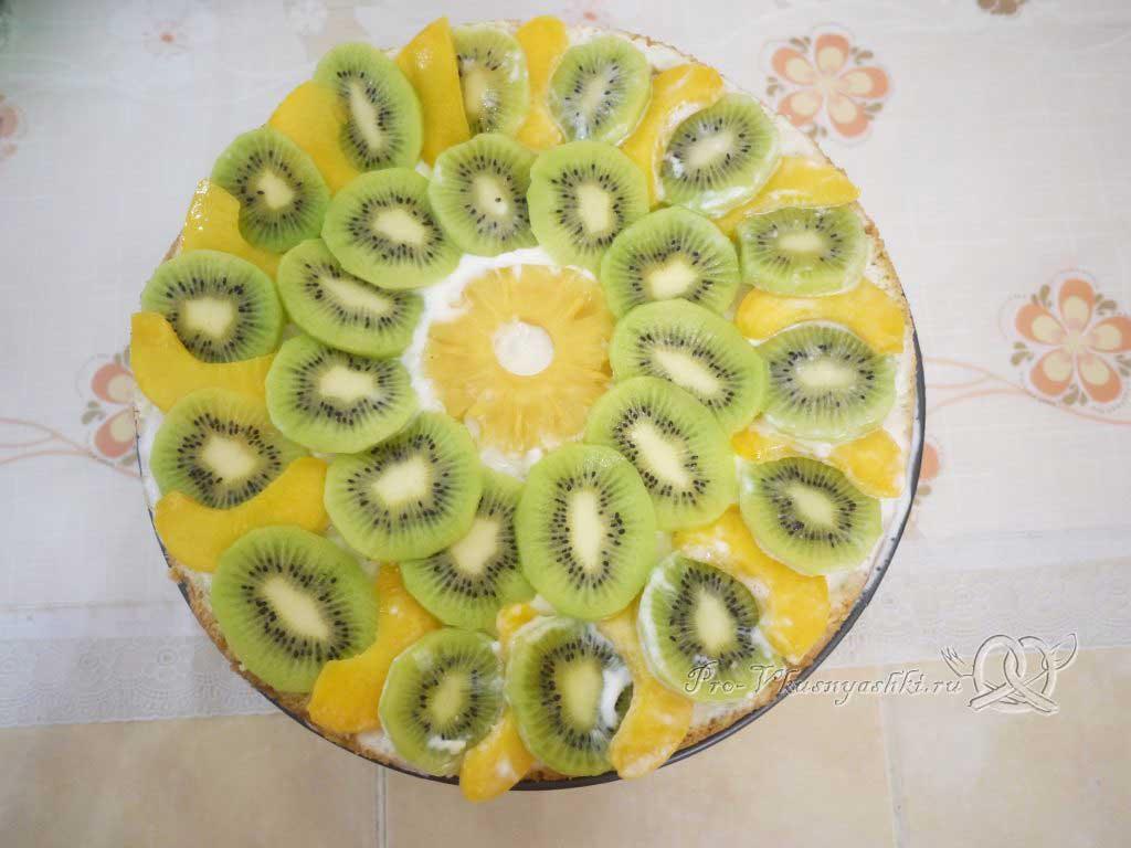 Кефирный торт со сметанным кремом и фруктами - сверху выкладываем фрукты