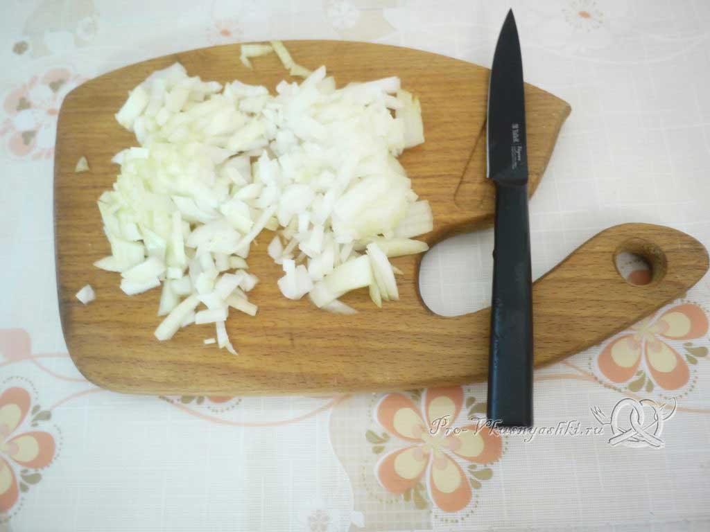 Салат с морковью, грибами, фасолью и курицей - нарезаем лук