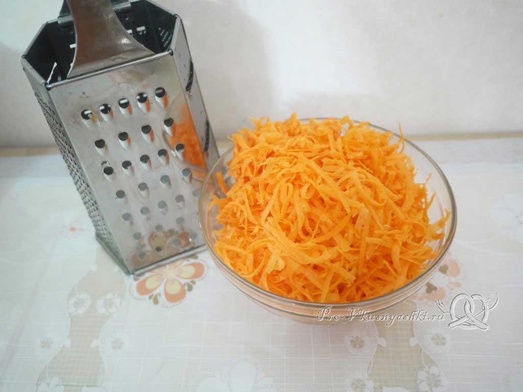 Салат с морковью, грибами, фасолью и курицей - натертая морковь