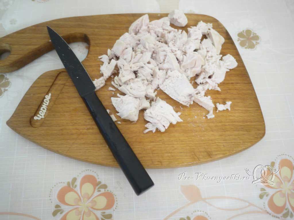 Салат с морковью, грибами, фасолью и курицей - наризаем курицу