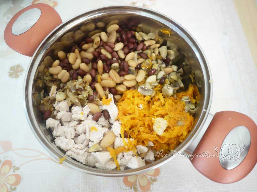 Салат с морковью, грибами, фасолью и курицей - соединяем ингредиенты
