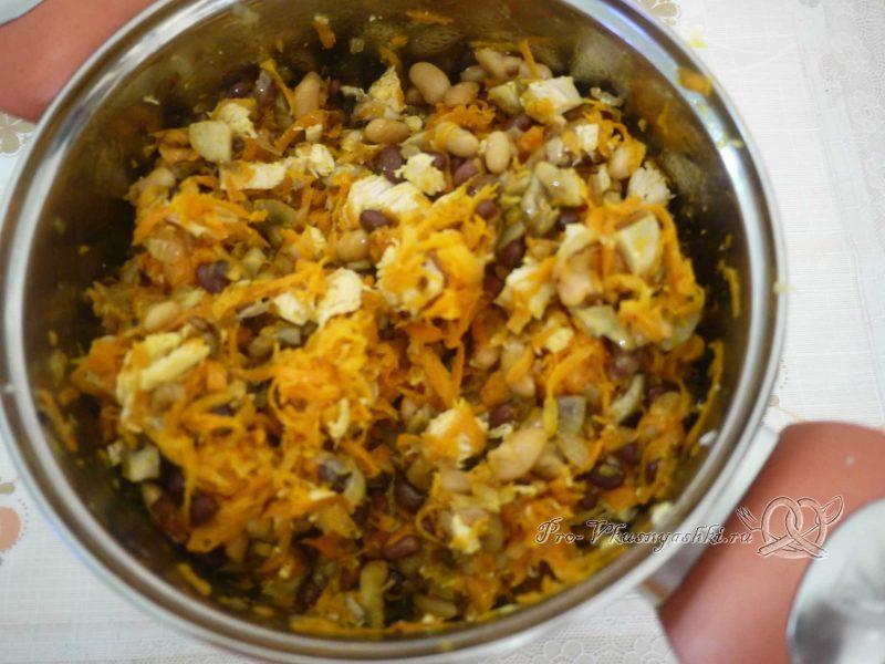 Салат с морковью, грибами, фасолью и курицей - перемешиваем салат