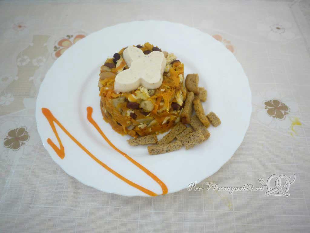 Салат с морковью, грибами, фасолью и курицей - подача