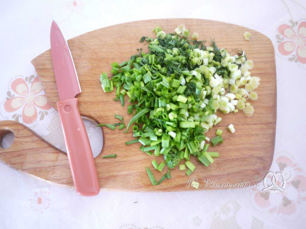 Рулет из лаваша с корейской морковью, капустой и курицей - нарезаем зелень