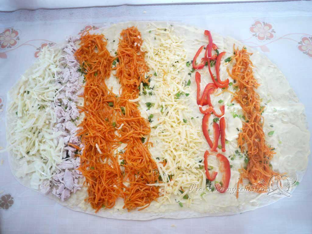 Рулет из лаваша с корейской морковью, капустой и курицей - выкладываем начинку