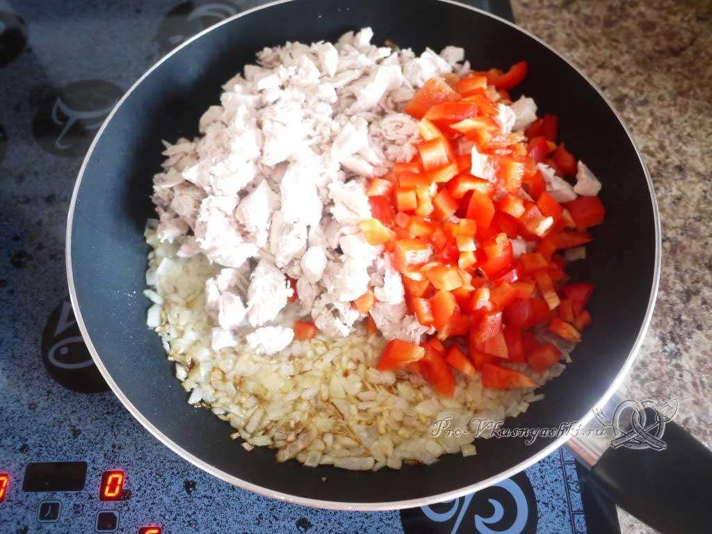 Фаршированный картофель запеченный в духовке - обжариваем курицу и перец
