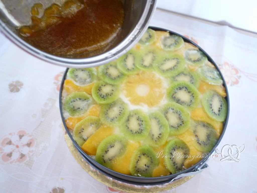 Кефирный торт со сметанным кремом и фруктами - поливаем торт джемом
