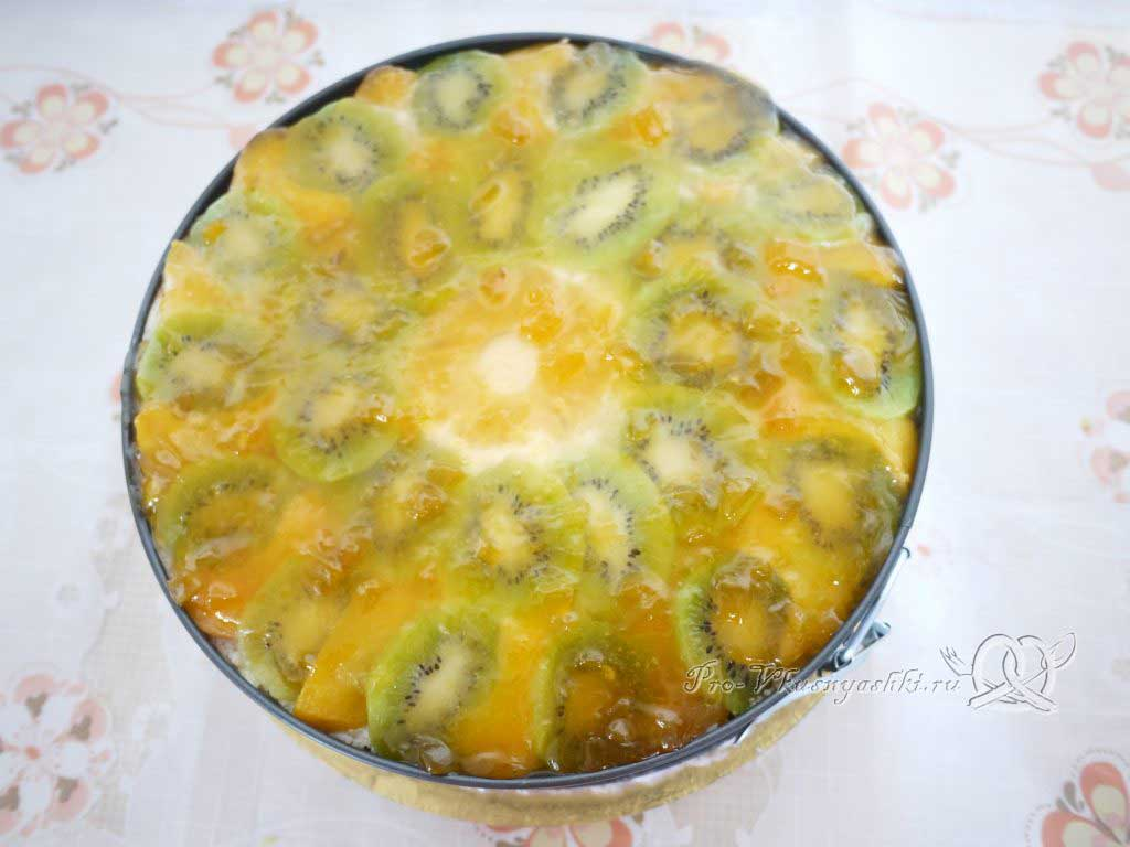 Кефирный торт со сметанным кремом и фруктами - охлаждаем торт