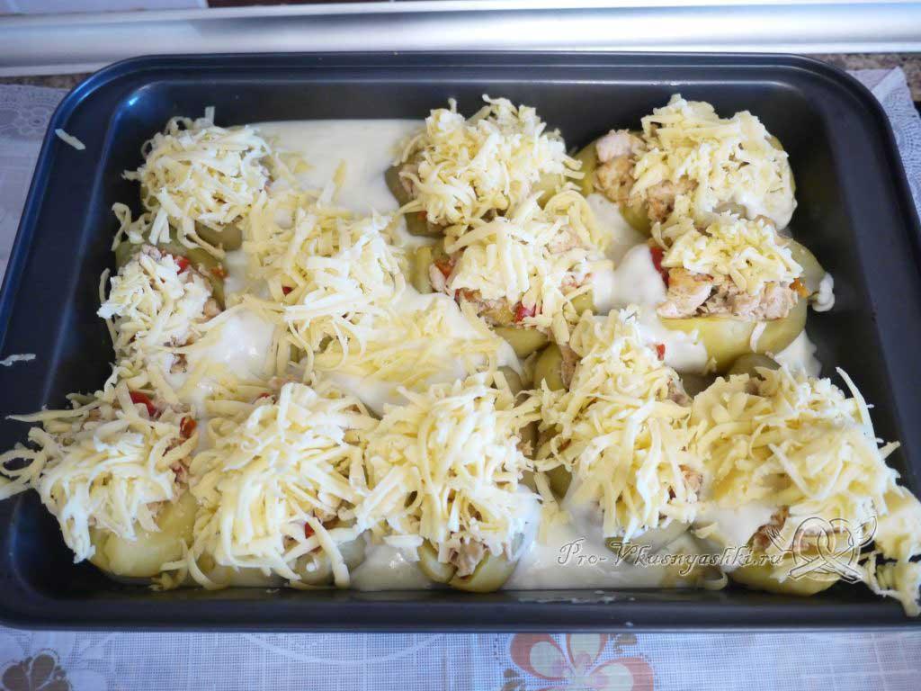 Фаршированный картофель запеченный в духовке - посыпаем сыром картофель
