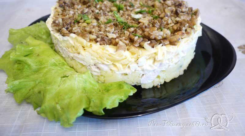 Салат «Мечта» с курицей, картофелем и грибами - подача