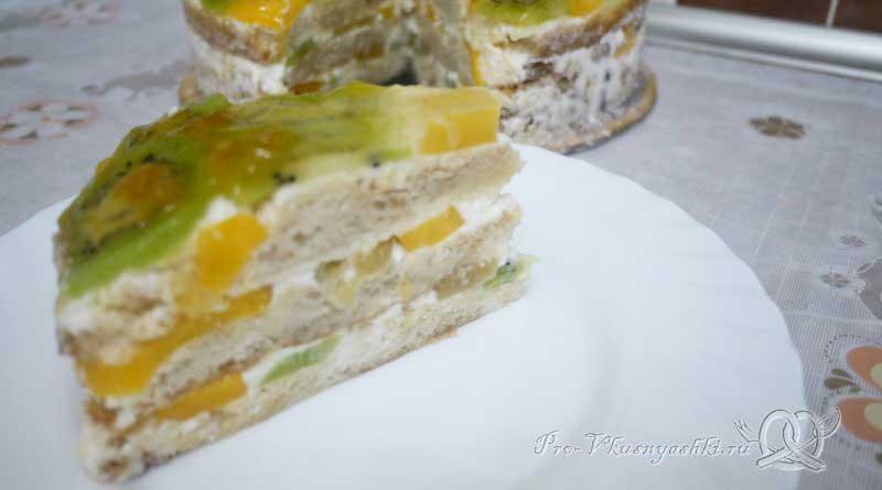 Кефирный торт со сметанным кремом и фруктами - подача