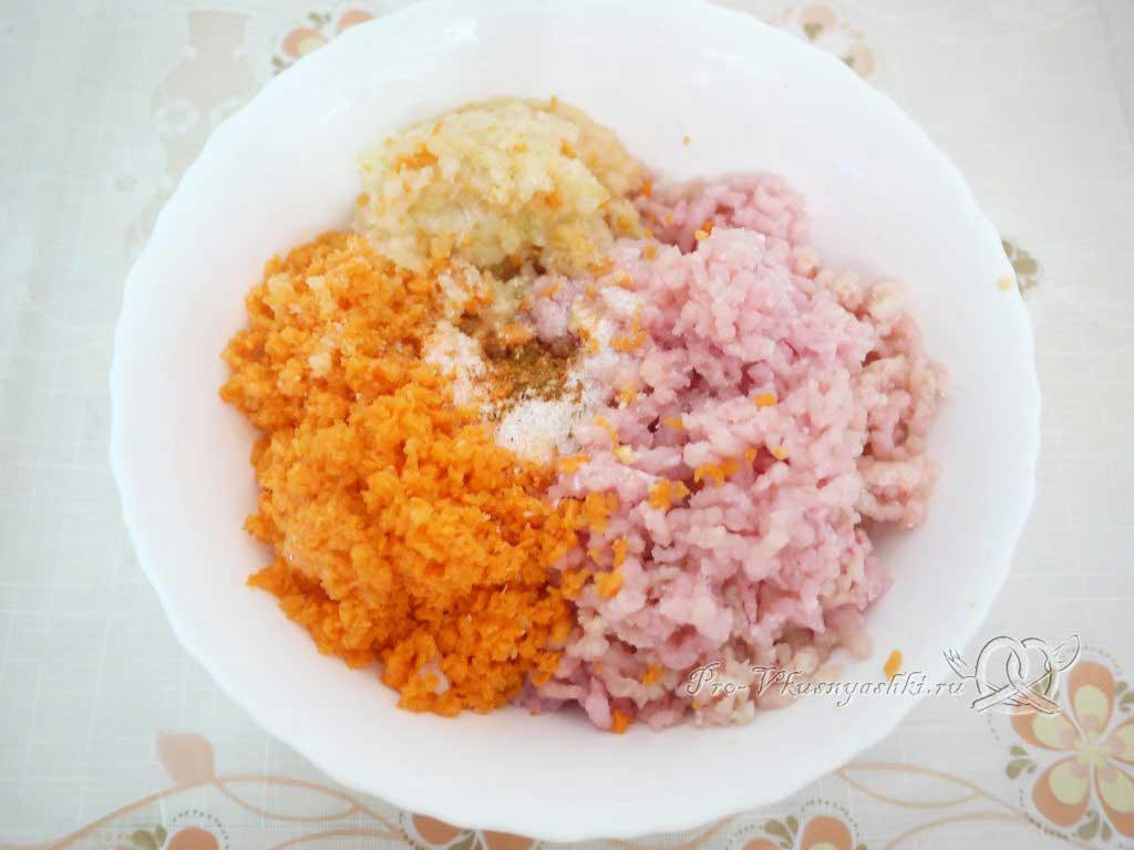 Фаршированные перцы с рисом в кастрюле - измельчаем мясо и овощи