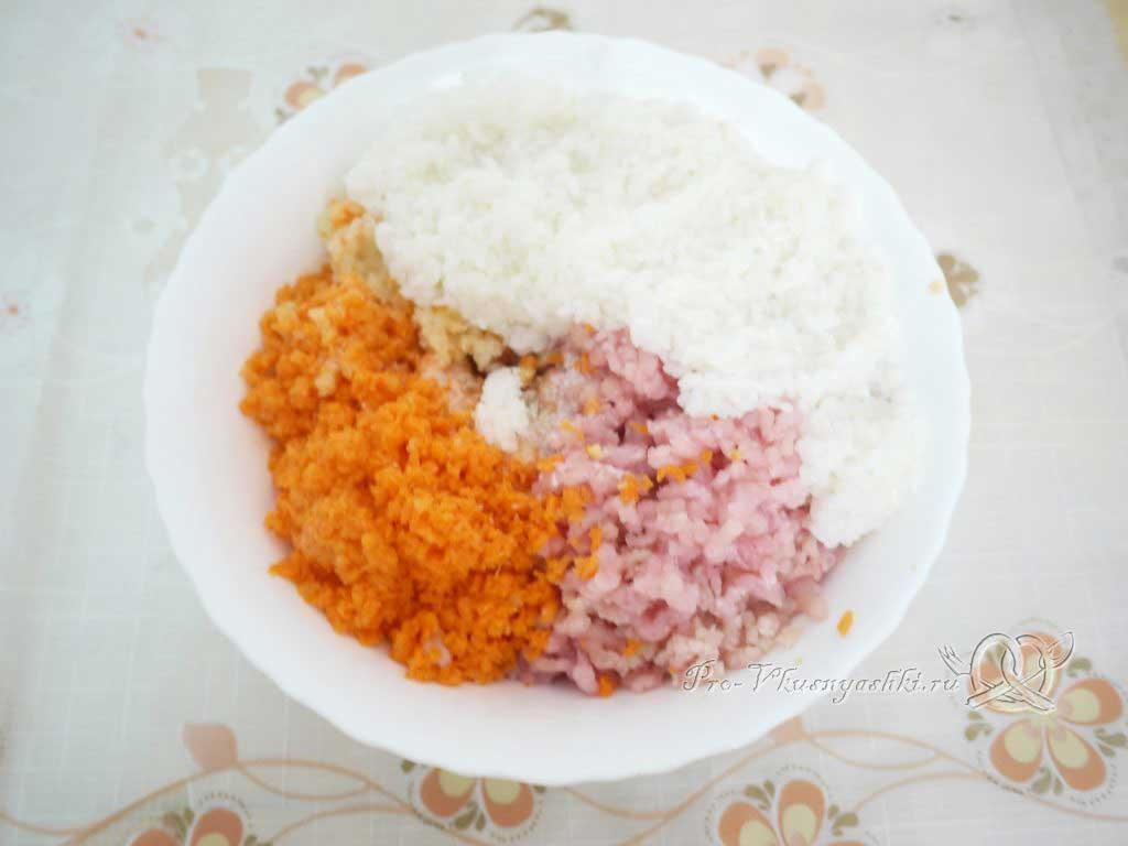 Фаршированные перцы с рисом в кастрюле - соединяем ингредиенты фарша