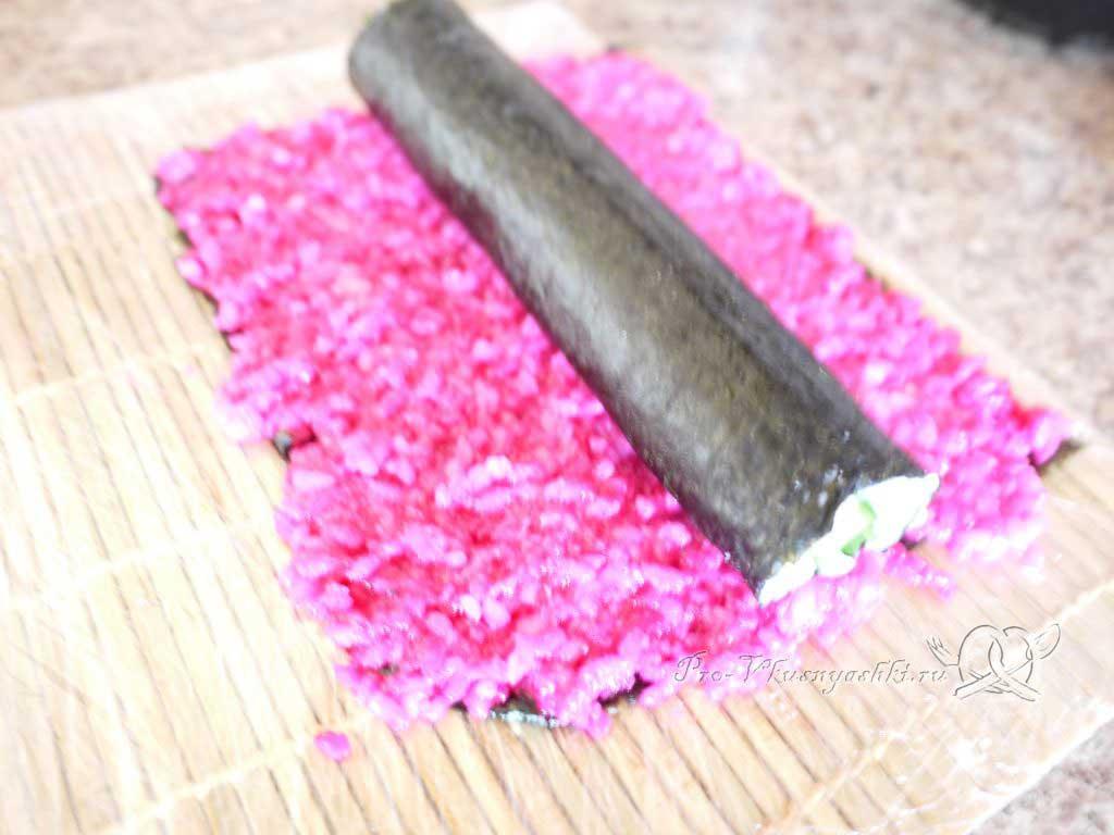 Роллы мозаика в домашних условиях - кладем белый ролл на красный рис