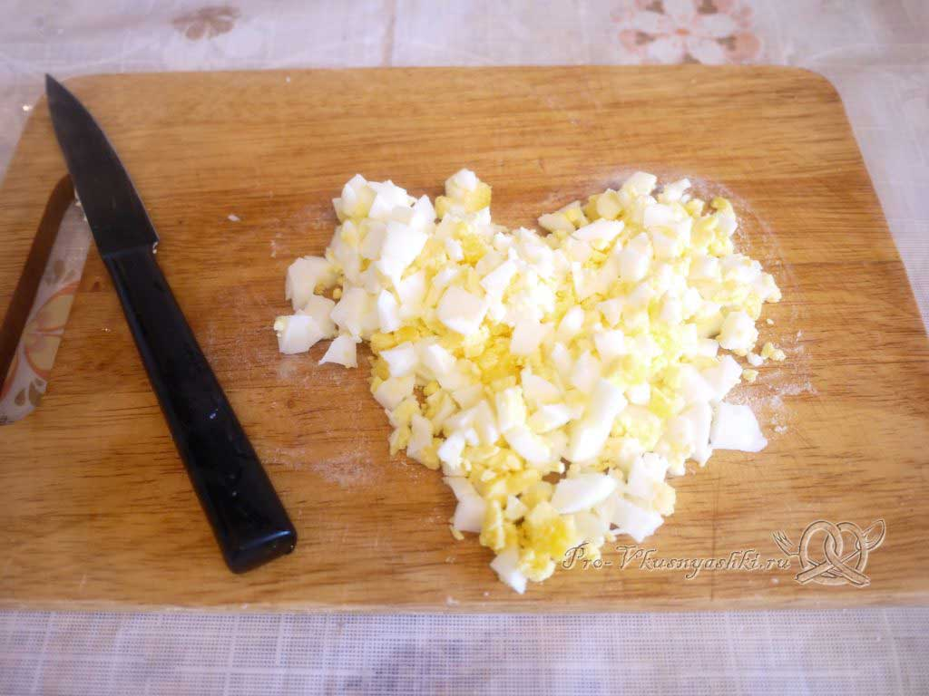 Сочная курица под шубой из картофеля, яиц и сыра - нарезаем яйца