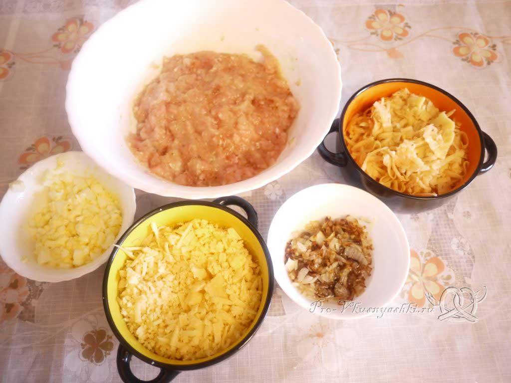 Сочная курица под шубой из картофеля, яиц и сыра - подготовленные ингредиенты