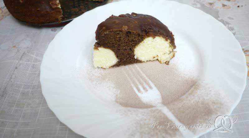 Шоколадный пирог с творожными шариками - подача