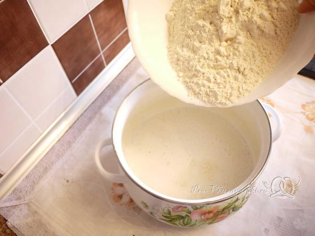 Пирог с мясом курицы и сыром - всыпаем муку