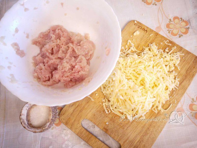 Пирог с мясом курицы и сыром - добавляем сыр в фарш