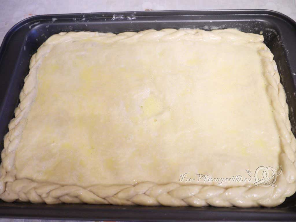 Пирог с мясом курицы и сыром - смазываем пирог