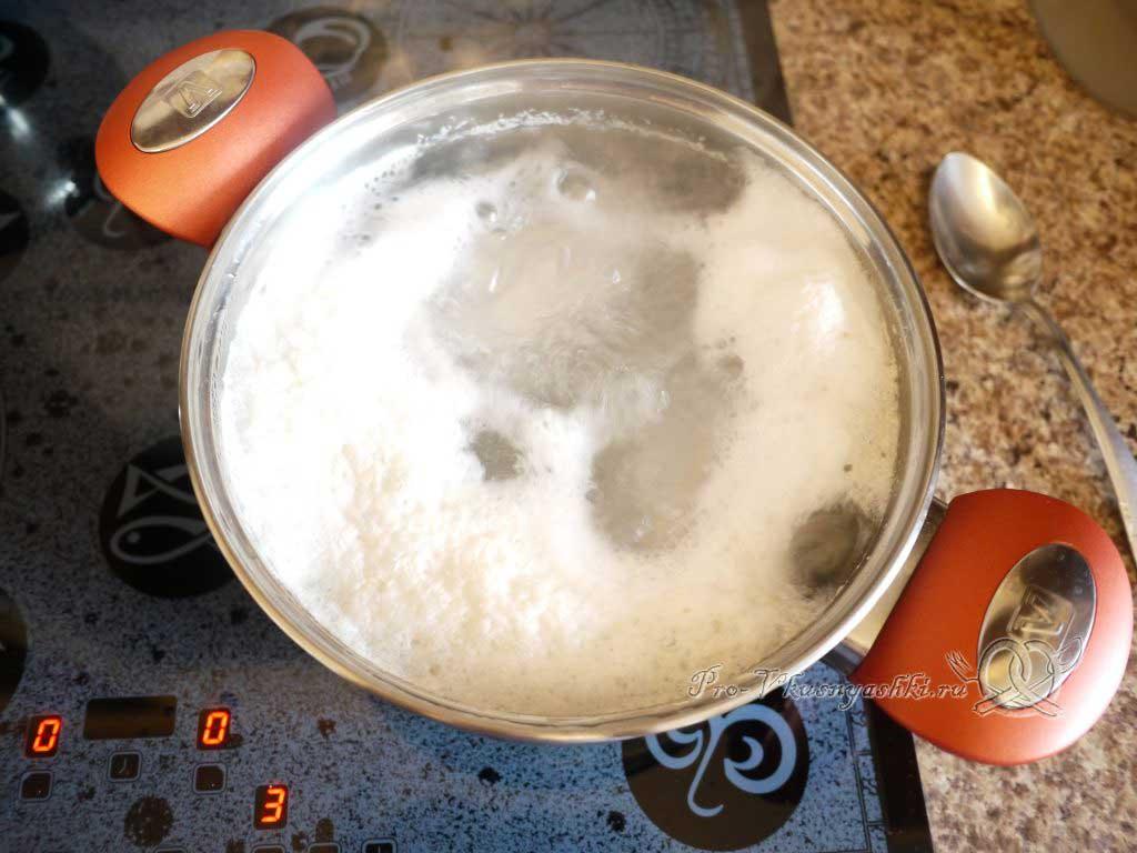 Куриный суп с лапшой и яйцом - суп кипит