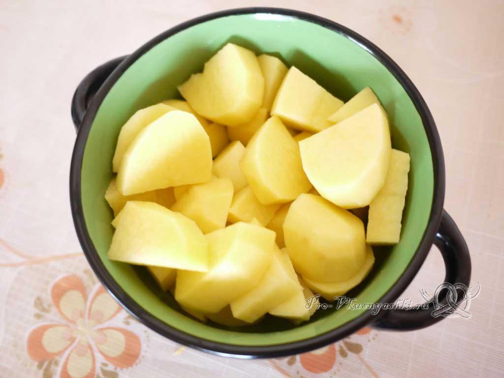 Куриный суп с лапшой и яйцом - нарезаем картофель