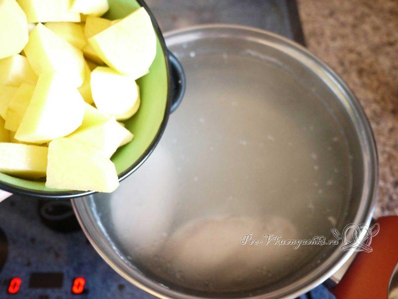 Куриный суп с лапшой и яйцом - добавляем картофель в суп
