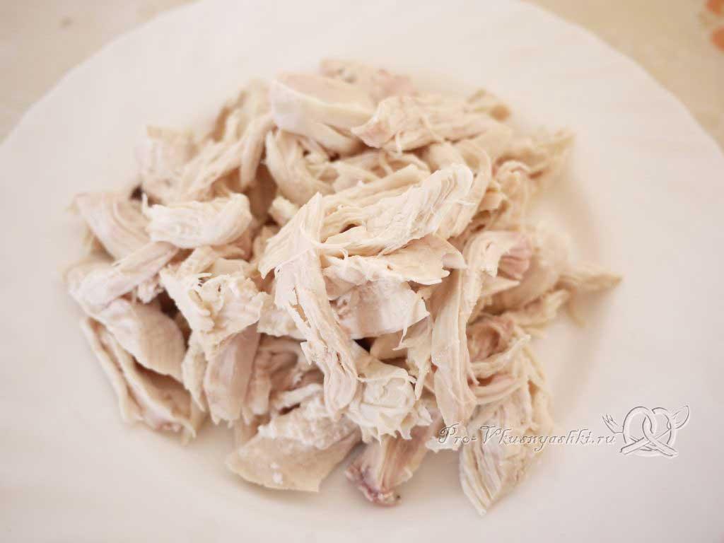 Куриный суп с лапшой и яйцом - рвем курицу на волокна