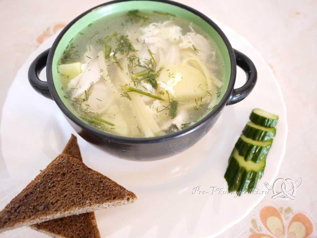 Куриный суп с лапшой и яйцом - подача