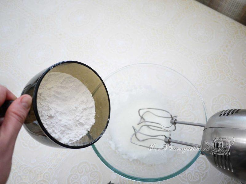 Имбирные пряники с глазурью - добавляем в белок пудру