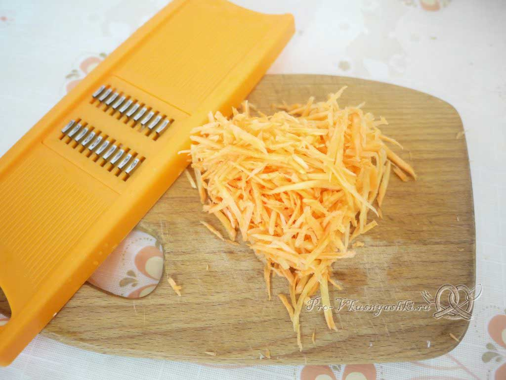 Куриный суп с лапшой и картофелем - измельчаем морковь