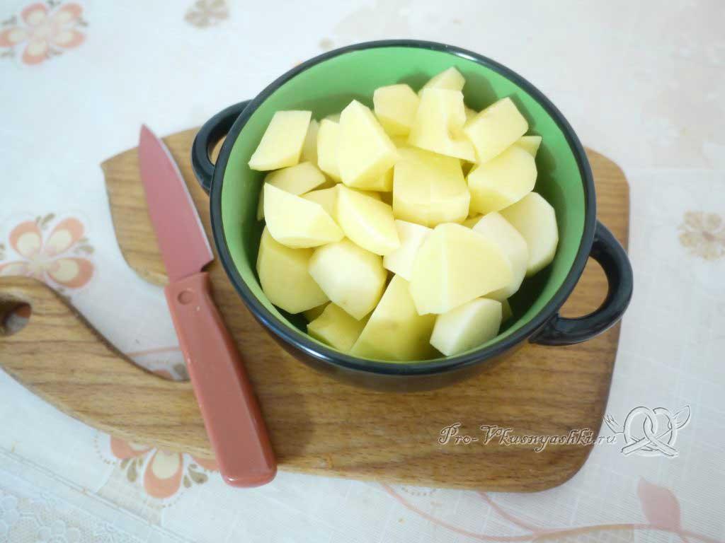 Куриный суп с лапшой и картофелем - нарезаем картофель