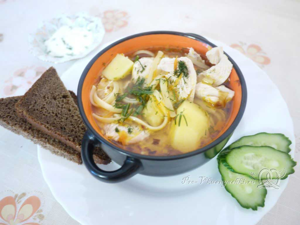 Куриный суп с лапшой и картофелем - подача