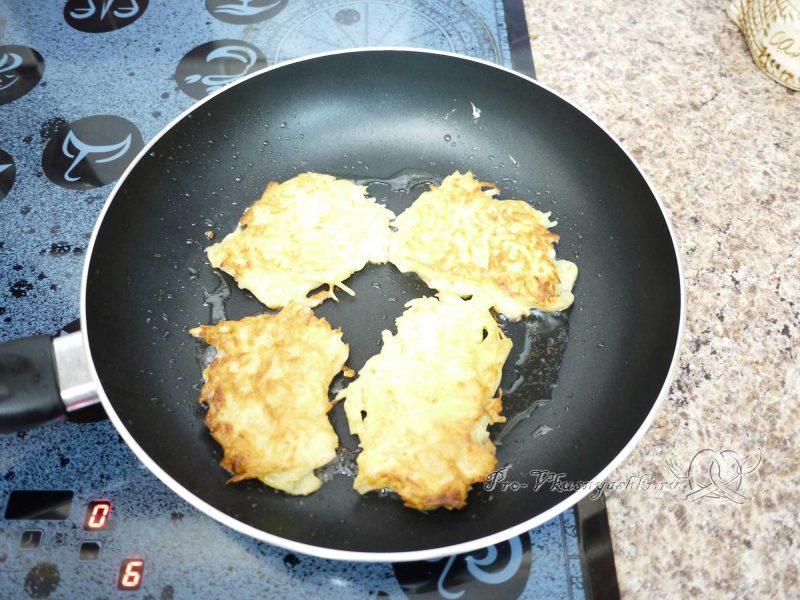 Картофельные драники на сковороде - жарим с другой стороны