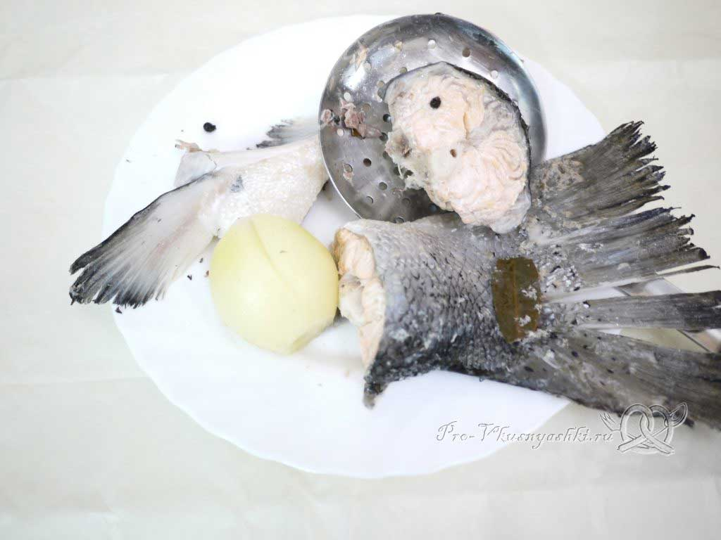Уха из семги с рисом и картофелем - очищаем рыбу от костей