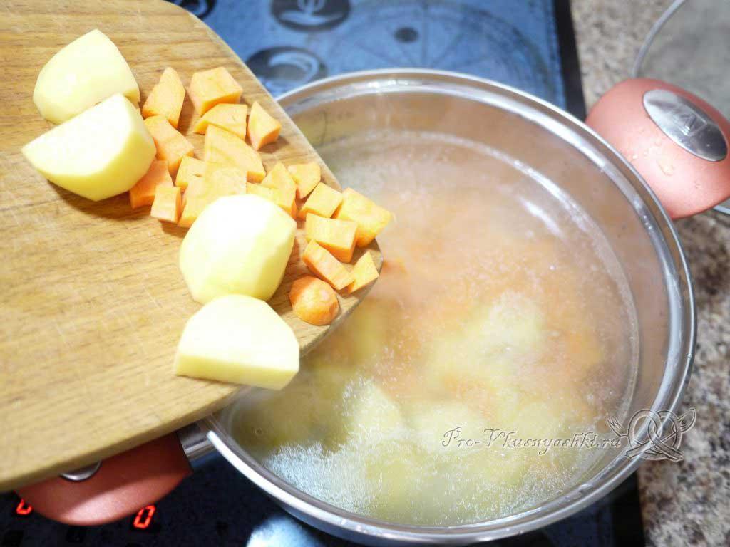 Уха из семги с рисом и картофелем - забрасываем овощи