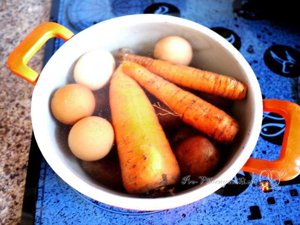Салат Мимоза с сыром и яйцом - варим овощи