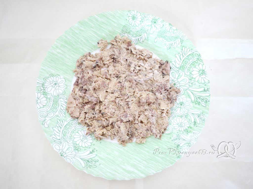 Салат Мимоза с сыром и яйцом - выкладываем рыбу