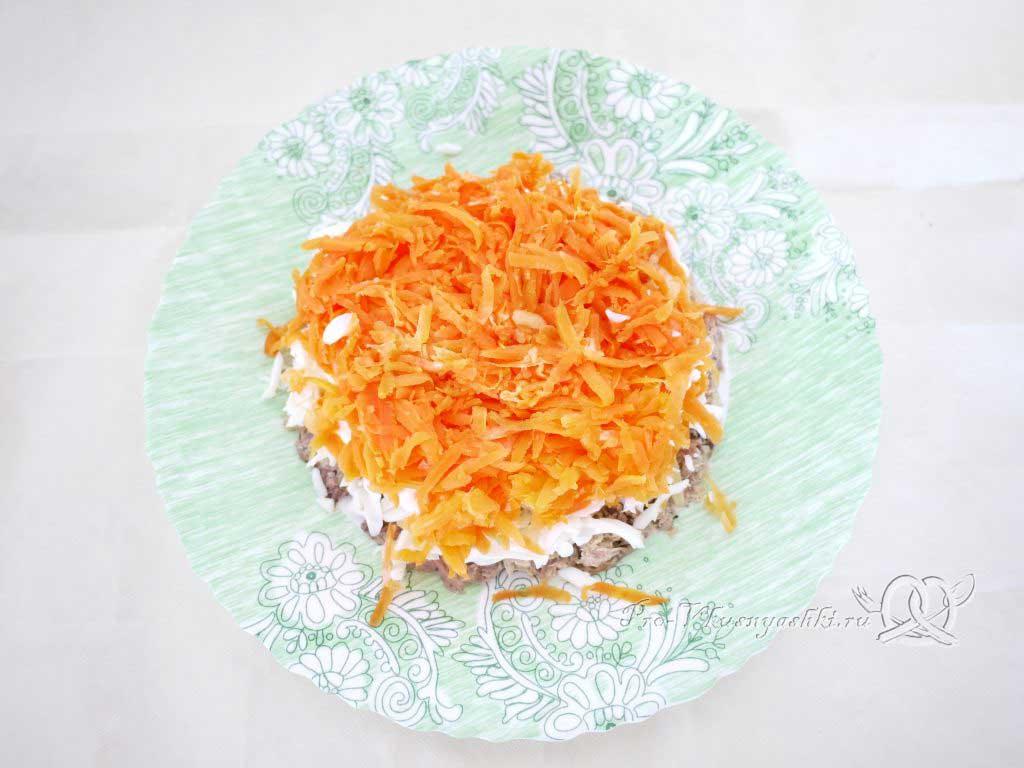 Салат Мимоза с сыром и яйцом - выкладываем морковь