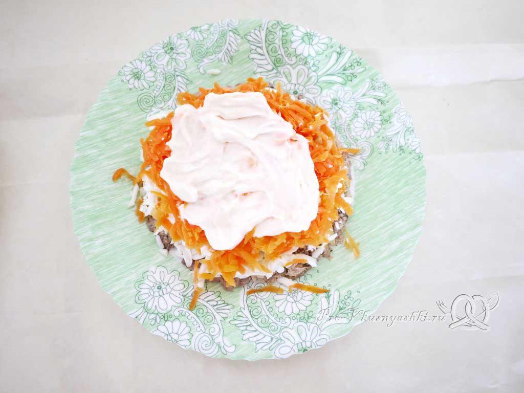 Салат Мимоза с сыром и яйцом - майонез на морковь