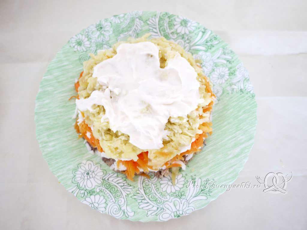 Салат Мимоза с сыром и яйцом - смазываем четвертый слой майонезом
