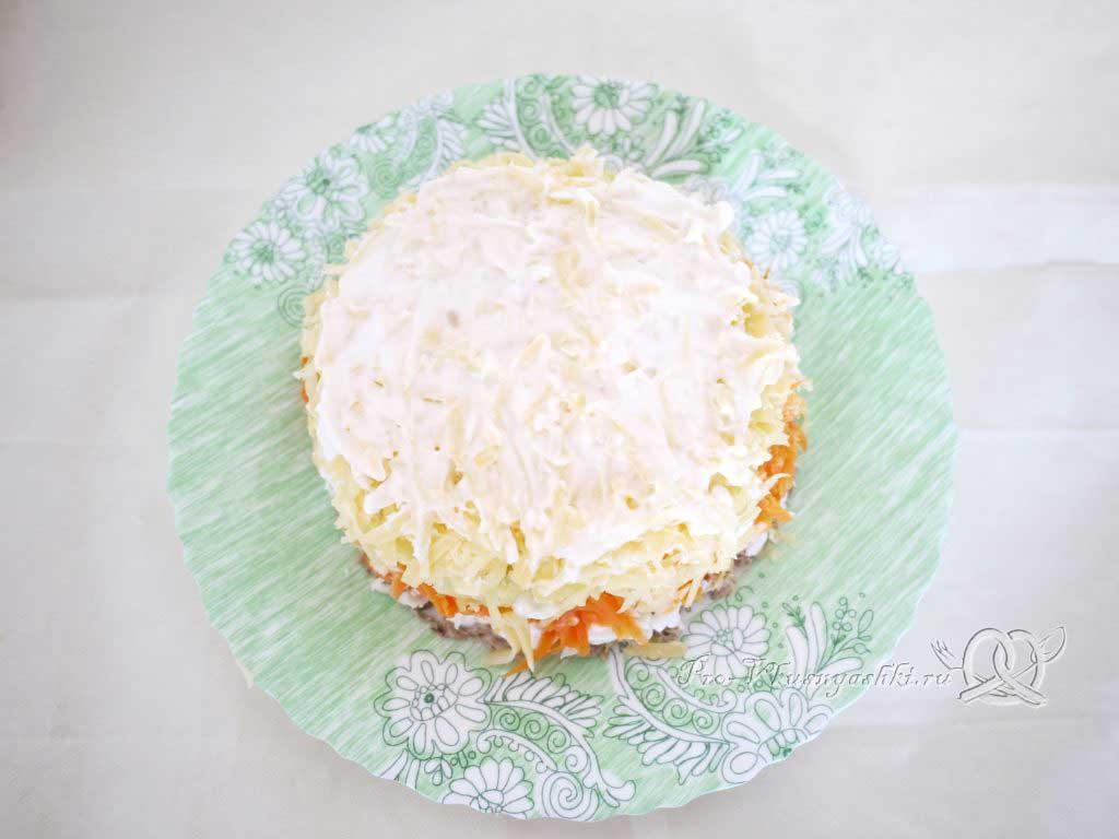Салат Мимоза с сыром и яйцом - смазываем верх майонезом