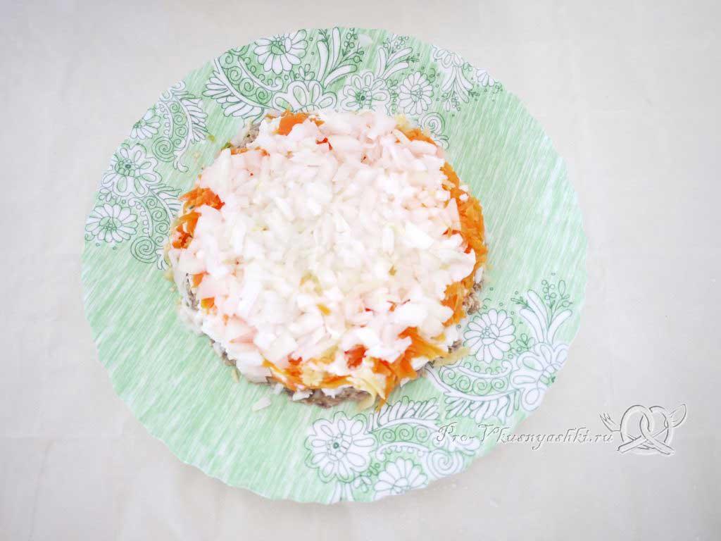 Салат Мимоза с сыром и яйцом - выкладываем лук